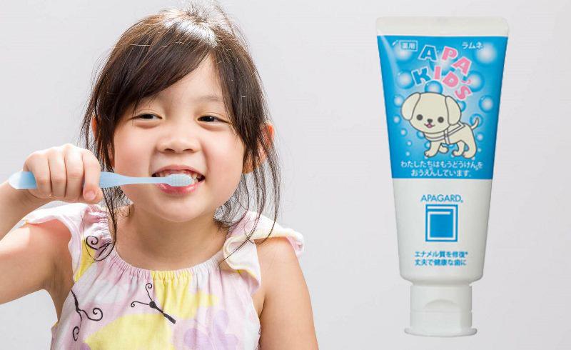 Японский ребенок чистит зубы